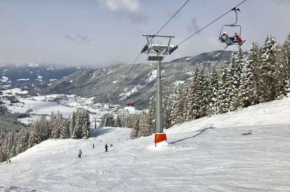 Skigebiet Weissensee: Mit dem Vierer-Sessellift fahren wir vom Weissensee hinauf in Richtung Naggler Alm