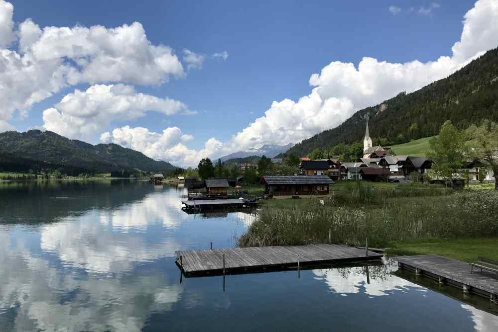 Über die Seebrücke spazieren wir hinüber nach Techendorf und schauen auf den Weissensee