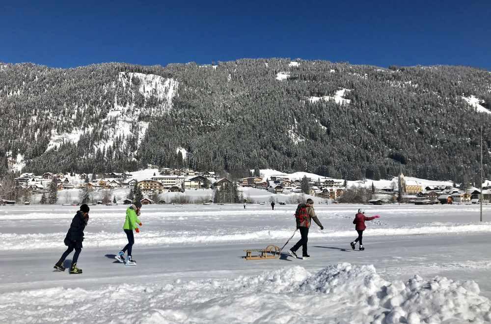 Winterwandern mit Kindern: Unsere außergewöhnlichste Winterwanderung auf dem Eis über den Weissensee in Kärnten