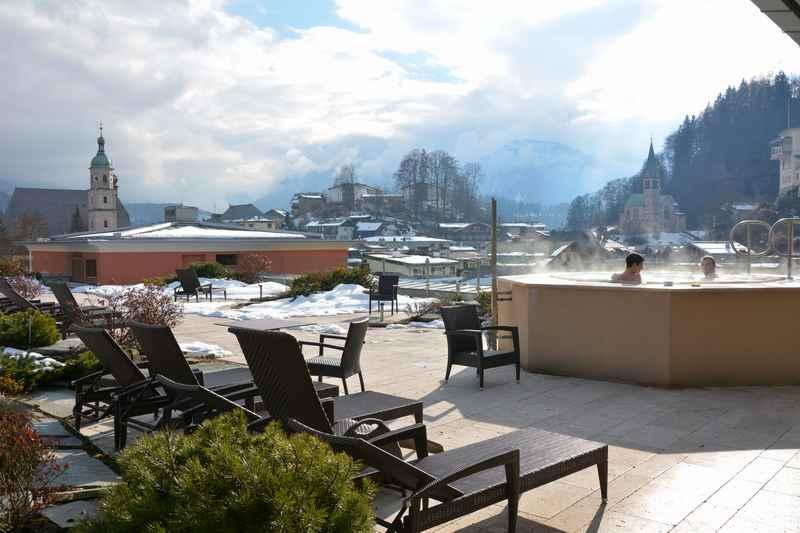 Ein Traum auf dem Dach des Edelweiss Berchtesgaden: Der Hot Pot mir Bergblick