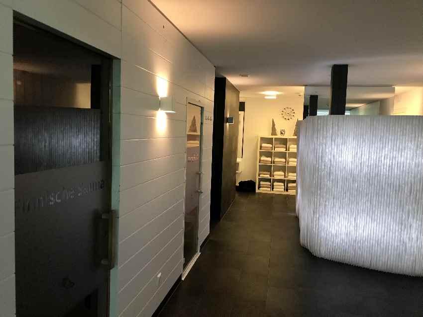Links die Tür zur finnischen Sauna, danach das Dampfbad