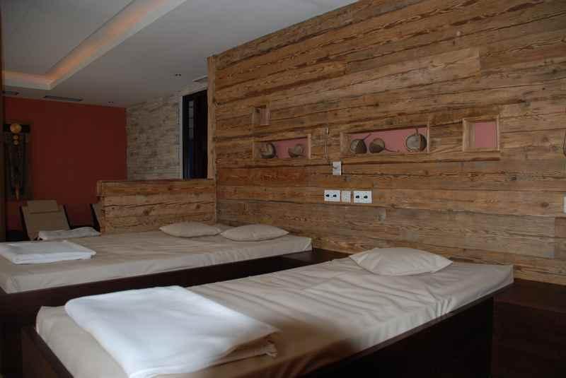 Die Sauna im Familienhotel: Viel Altholz macht den Ruheraum urig