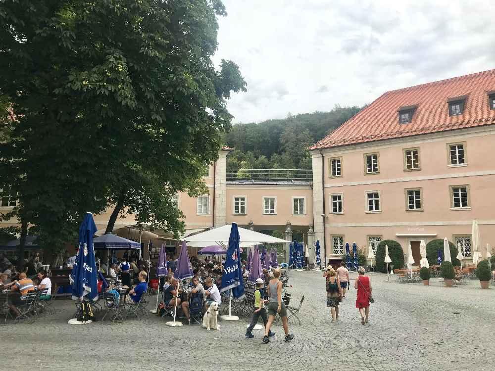 Unser Ausflugsziel mit den Kindern: Das Kloster Weltenburg mit Innenhof und Biergarten