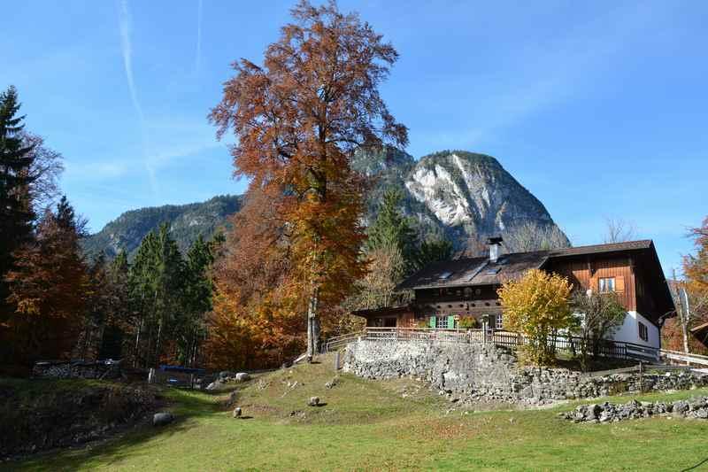 Neben der Burgruine befindet sich die Werdenfelser Hütte, Einkehrmöglichkeit auf der Familienwanderung in Bayern