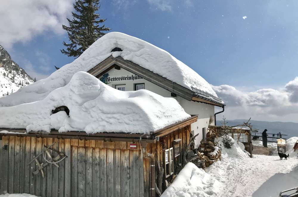Rodeln Tirol Leutasch: Von der verschneiten Wettersteinhütte rodeln mit Kindern