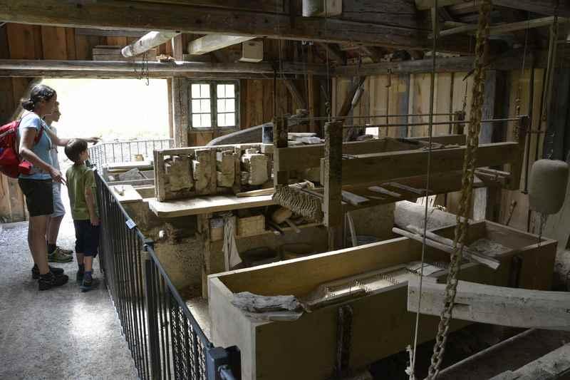 Zu Besuch in der Wetzsteinmacherei mit Kindern im Freilichtmuseum Glentleiten