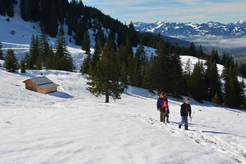Zur Wiedhagalpe Oberjoch wandern mit Kindern  - durch den Schnee auf die Alm