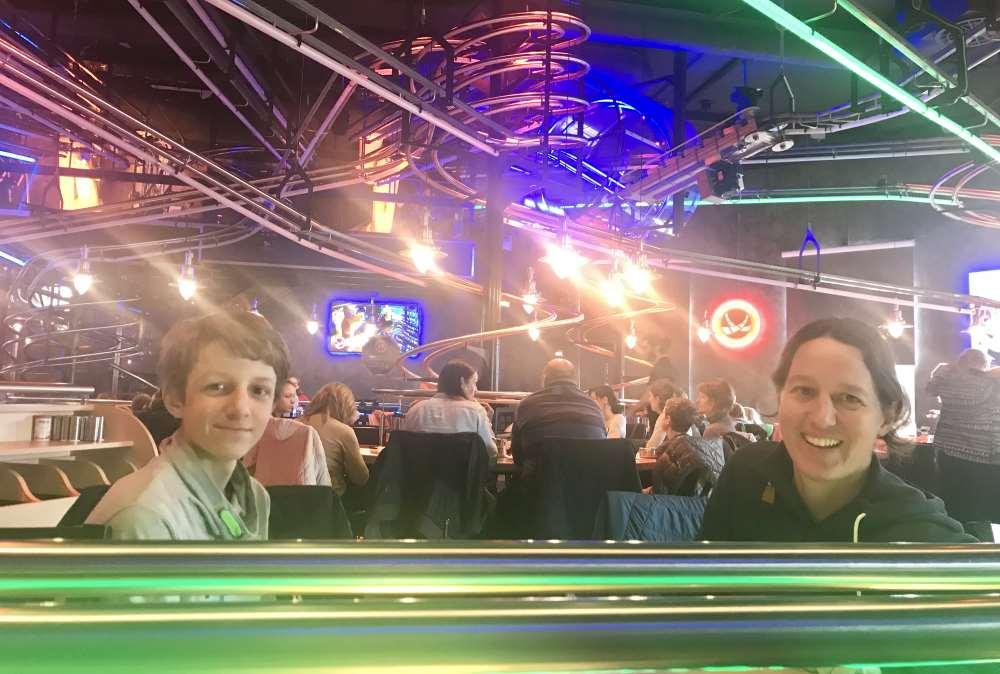 Einmalig in Österreich: Das Rollercoaster Restaurant Wien - dein Essen kommt per Achterbahn an deinen Tisch!