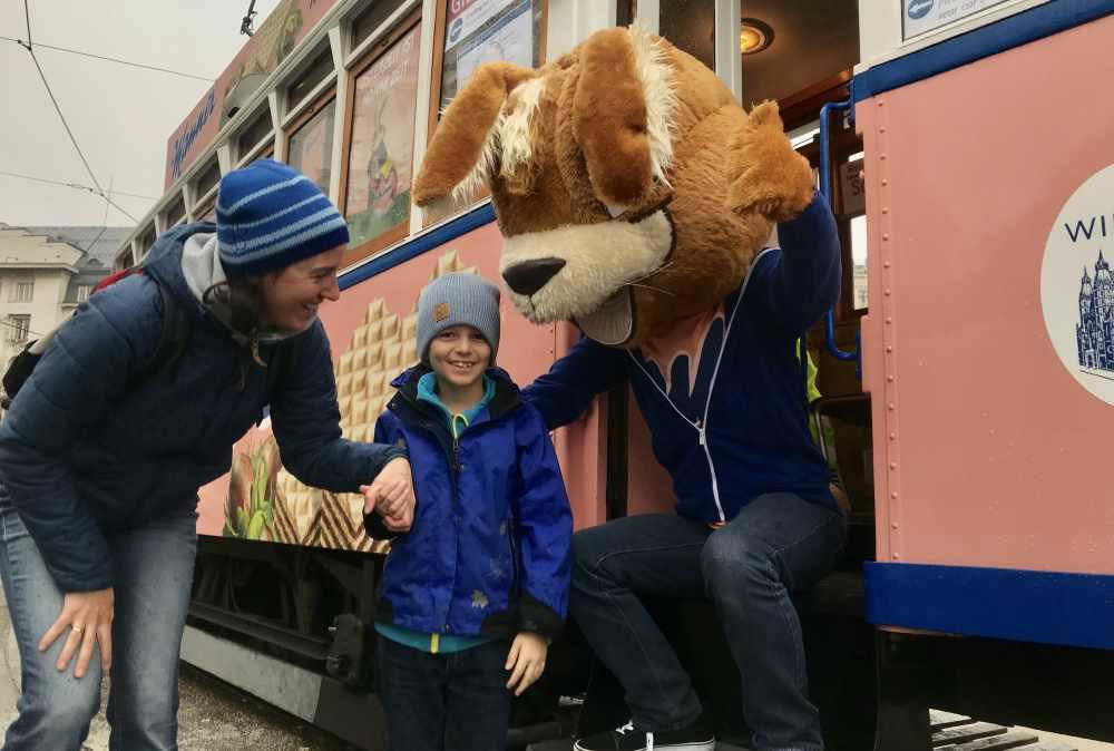 Schnell ein Erinnerungsfoto mit Manni dem Osterhasen  an der Manner Straßenbahn Wien