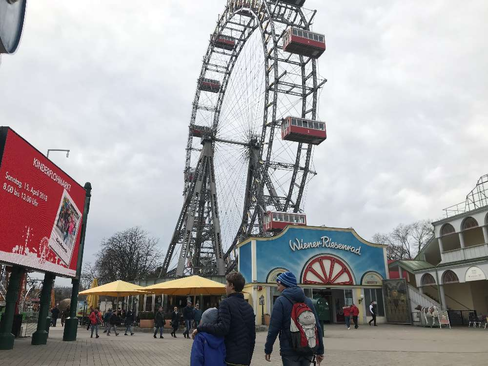 Auf dem Wiener Prater zum Riesenrad, gehört zum Wien Ausflug mit Kindern dazu!