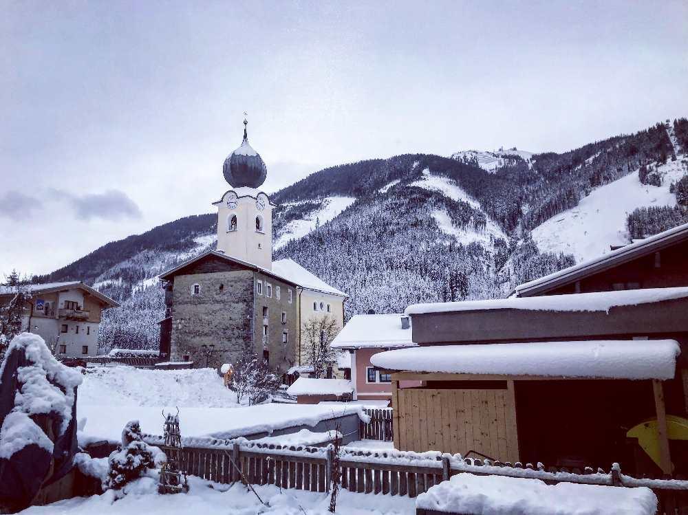 Nur wenige Meter sind es vom Hotel zur Skipiste in Saalbach