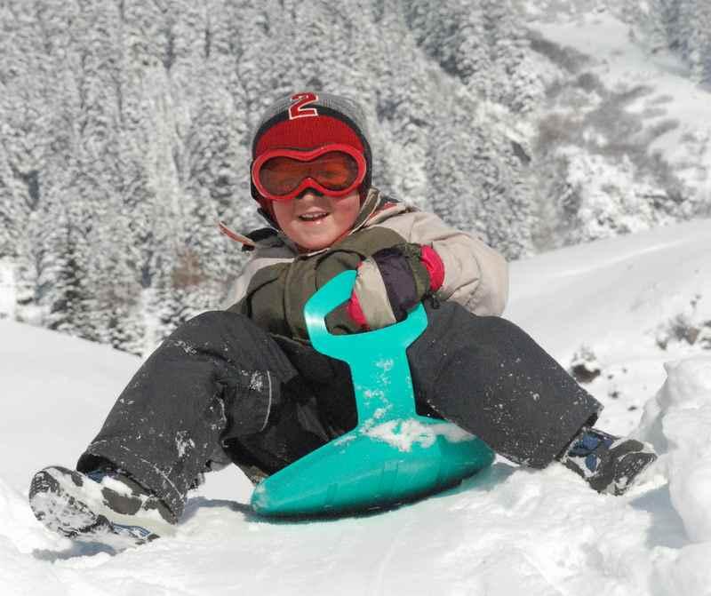 Winterurlaub mit Kleinkind: Die Kinder fanden ihren Winterspaß beim Toben im Schnee - es brauchte gar keinen Skilift, Sonne und Schnee juchee