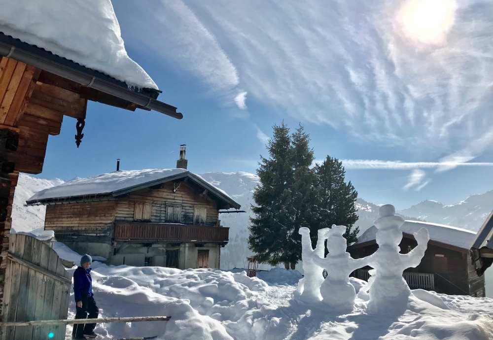 Traumhaft in der Winterlandschaft mit Hütten und Schnee - unser Skiurlaub mit Kindern in Tirol