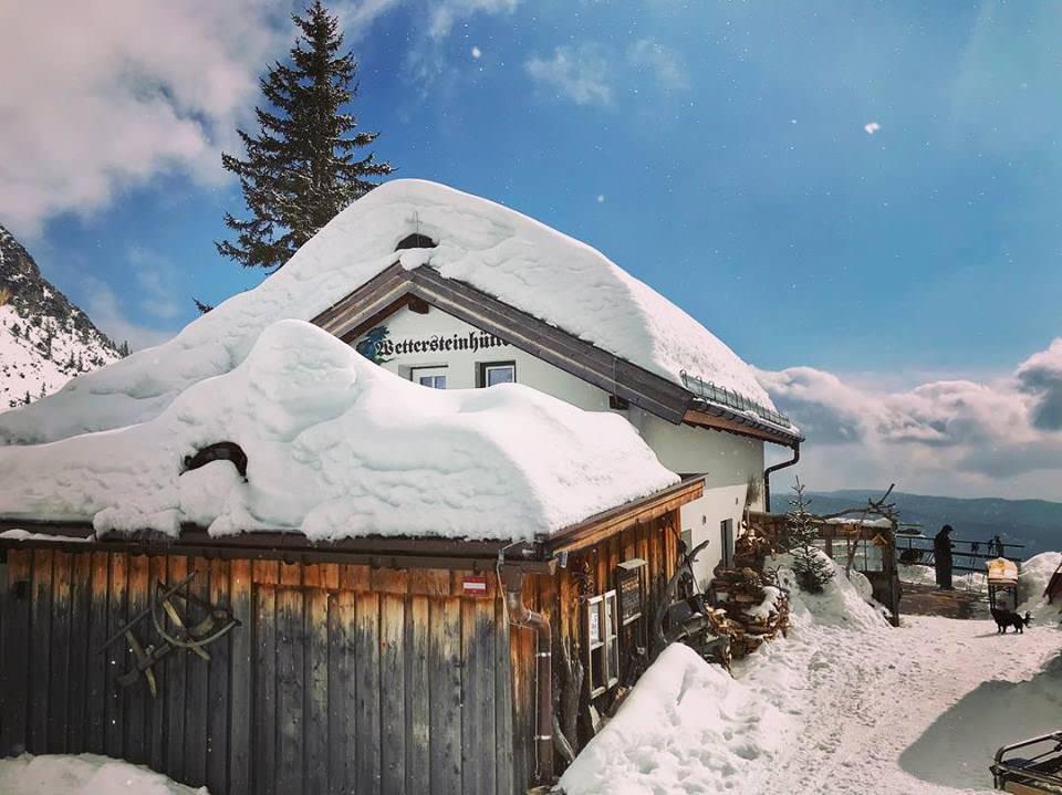 Das ist die Wettersteinhütte für einen Winterurlaub mit Kindern ohne Ski - und viel Spaß im Schnee!
