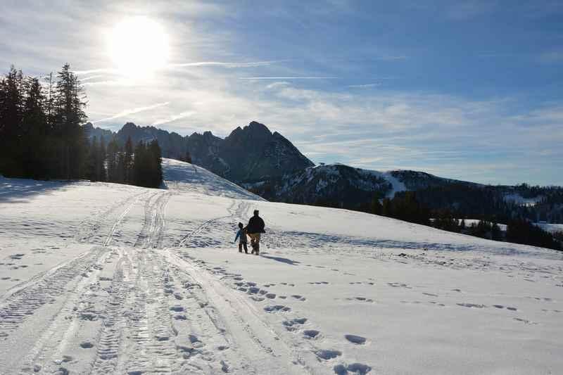 Winterwandern Gosau: In der Sonne winterwandern mit Blick auf den Dachstein in Österreich