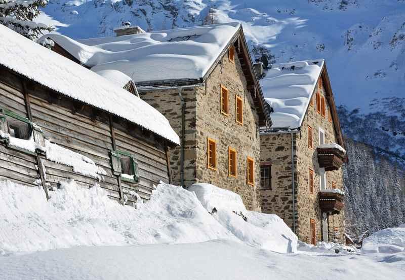 Winterwandern mit Kindern in den Bergen und auf einer urigen Hütte einkehren
