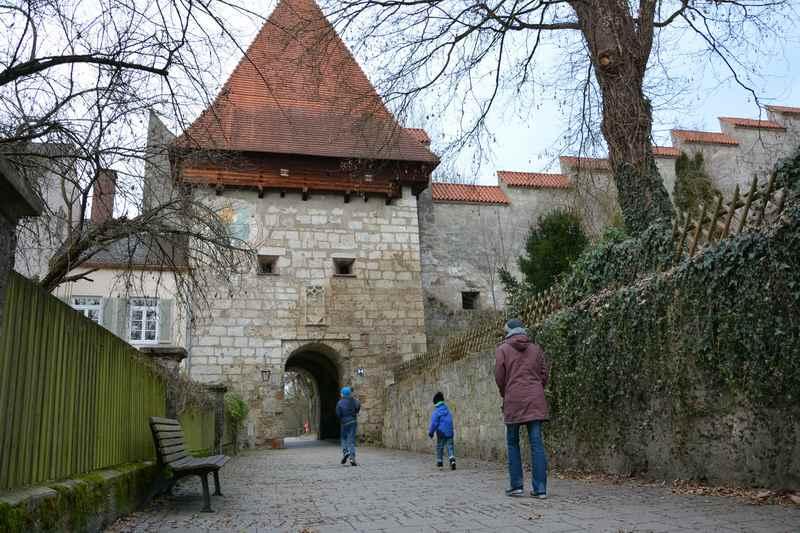 Zum Wöhrsee wandern mit Kindern, durch das erste Tor der Burganlage Burghausen