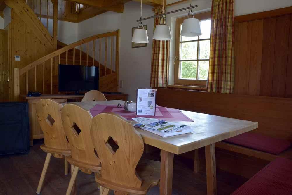 Und so sieht das Wohnzimmer in der Hagan Lodge aus: Ein großer Holztisch mit Holzstühlen, geräumig und rustikal