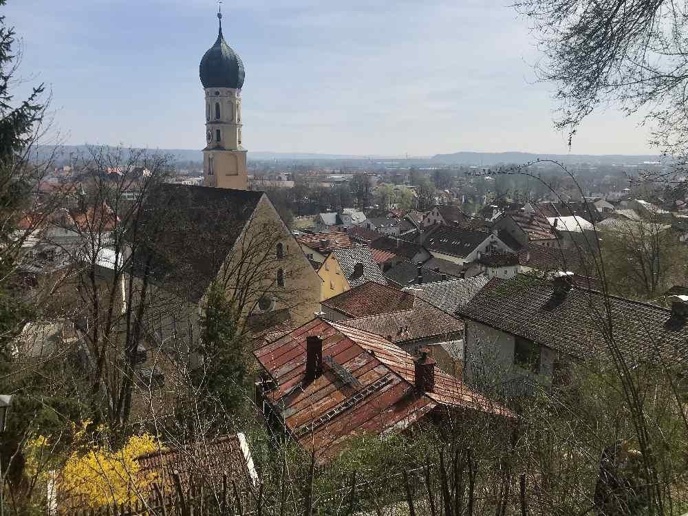 Die Wolfratshausen Sehenswürdigkeiten entlang des Flößer-Lehrpfads entdecken - hier der Blick auf die Altstadt Wolfratshausen