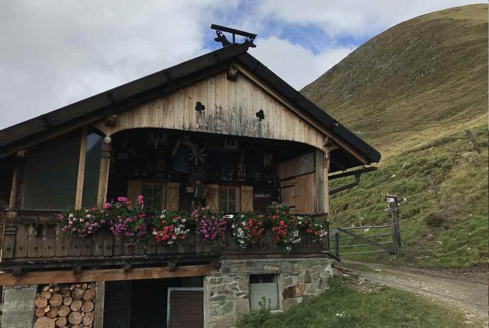 Meransen wandern mit Kindern. So urig ist die Zassler Alm im Gitschtal in Südtirol