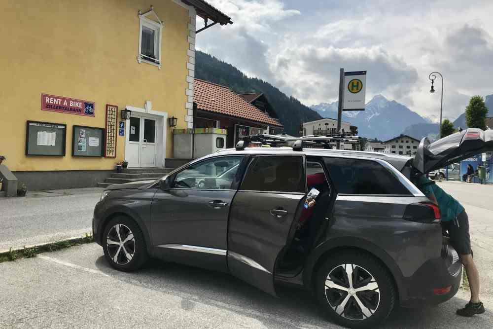 Wir parken das Auto am Bahnhof und ab zum Radverleih.