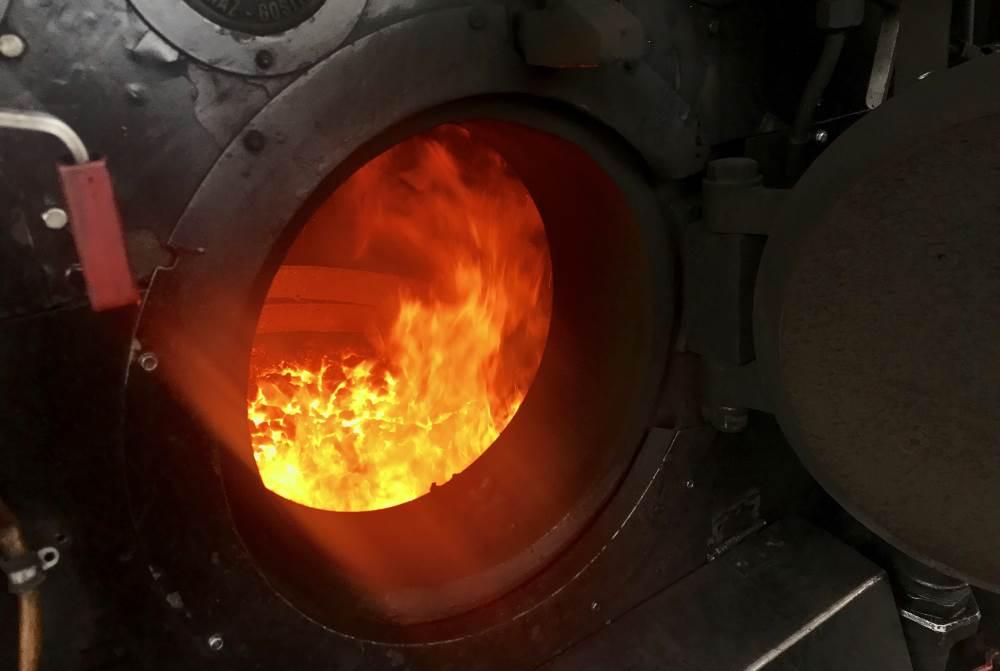Zillertalbahn Dampfzug: Der Kessel der Lokomotive wird mit Kohlen beheizt - so wie früher