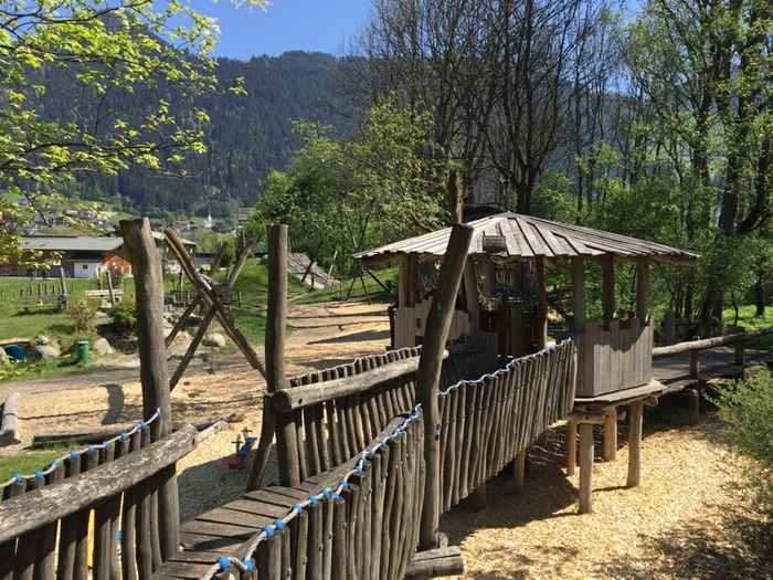 Hier siehst du einen  Teil der Klettertürme am Zillertal Kinderspielplatz in Tirol