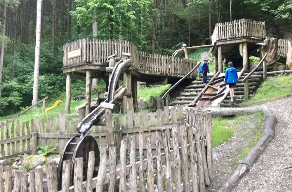 Das ist der tolle Spielplatz in Mayrhofen mit Wasserrad und Wasserrinnen - alles aus Holz. Danach geht es zum Dampfzug.