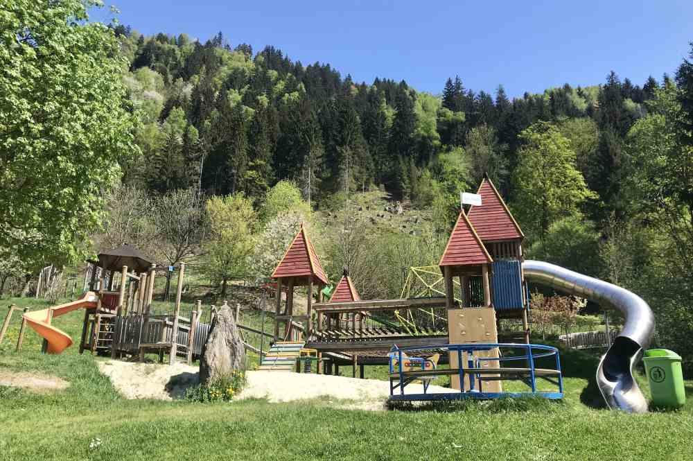 Das ist der Spielplatz mit den Klettertürmen und den Rutschen - viel Spaß im Zillertal mit Kindern