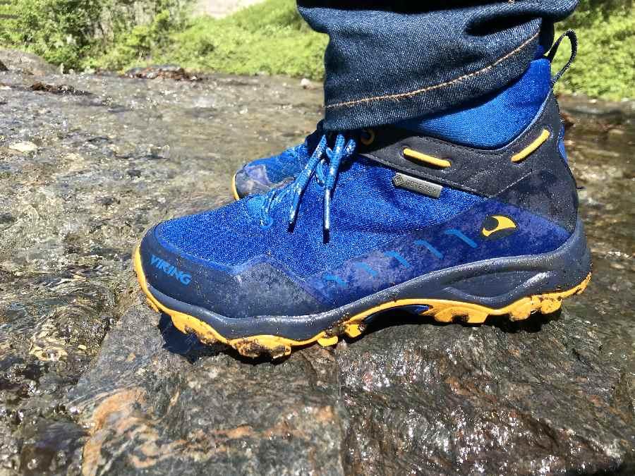 Zieh den Kindern gute Wanderschuhe an - sonst rutschen sie oder bekommen nasse Füße beim Wasserfall erkunden!