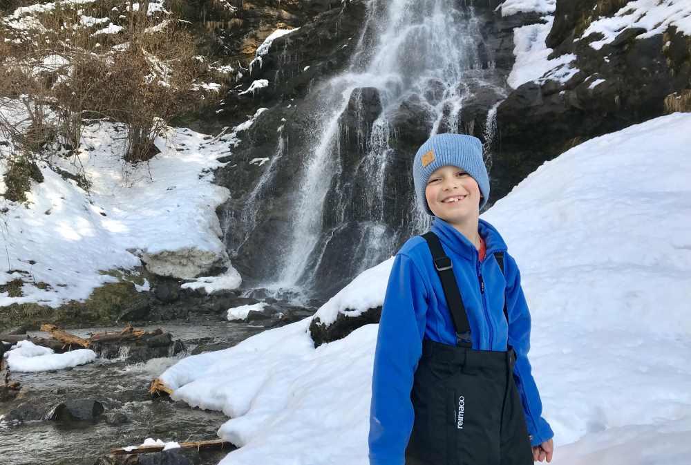 Winterwandern Tirol zum Wasserfall mit den Eiszapfen - entspannte und leichte Winterwanderung im Zillertal