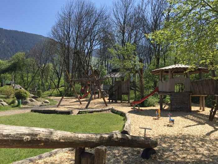 Der Spielplatz Schlitters ist wunderbar im Familienurlaub Zillertal mit Kindern