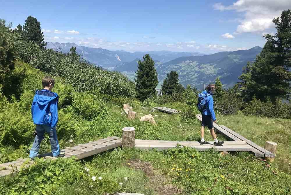 Toll für die Kinder: Über die Holzbohlen auf den Berg wandern