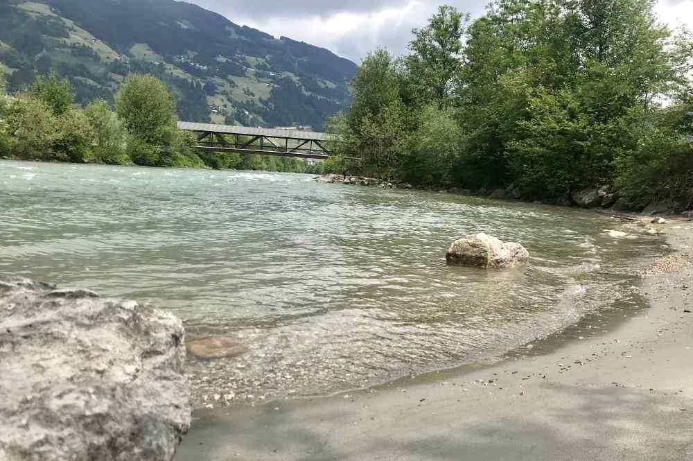 Es gibt sogar einen Strand im Zillertal: Der Sandstrand an der Ziller, kurz vor Hippach