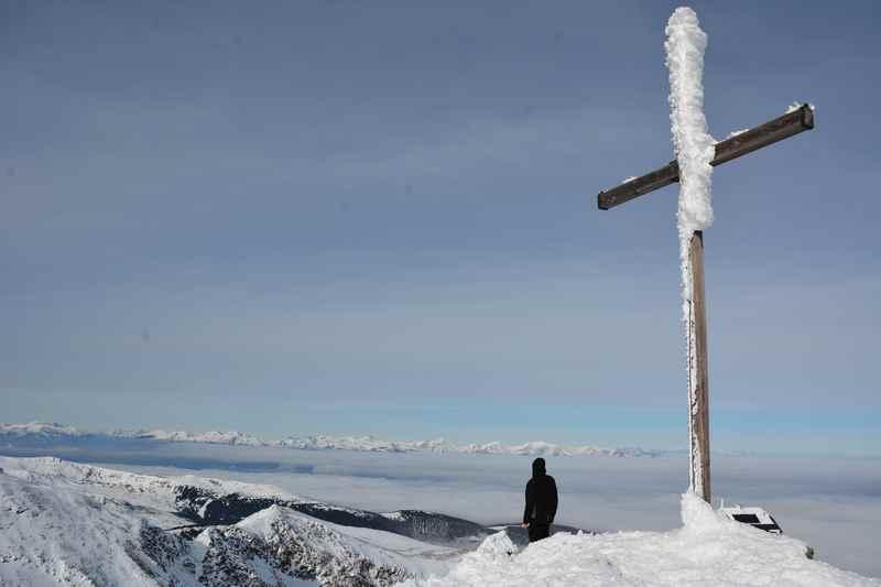 Auf dem Gipfel mit Jugendlichen: Viel Ausblick auf der Zirbitzkogel Skitour mit Kindern