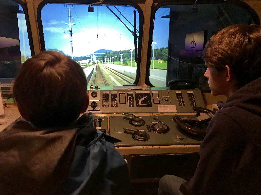 Im Museum St. Veit an der Glan gibt es einen Zug-Simulator, so können die Kinder selbst eine Lokomotive fahren. Keine Frage, ein Riesenspaß!