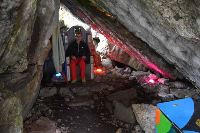 In der Höhle von Zwerg Bartli am Wanderweg in Braunwald