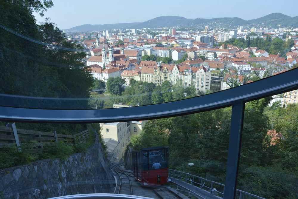 Mit der Schlossbergbahn geht es schnell hinauf, unterwegs ein schöner Blick über die Dächer von Graz