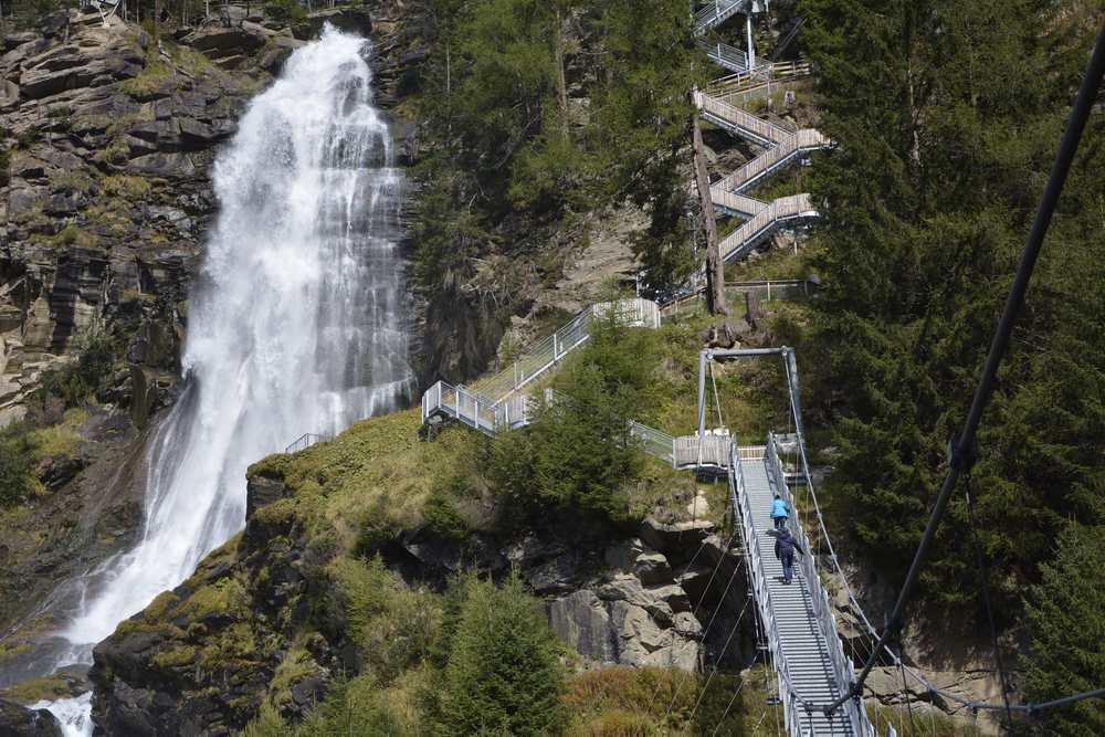 Der Stuibenfall in Umhausen (Ötztal) ist der größte Wasserfall in Tirol. Eine aufwändige Weganlage führt hinauf.