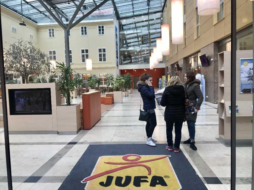 Hier geht´s in die großzügige Lobby des JUFA Familienhotels in Wien