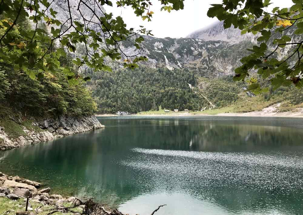 Wir verlassen den Wald und stehen am Ufer: Der Hintere Gosausee im Dachsteingebirge