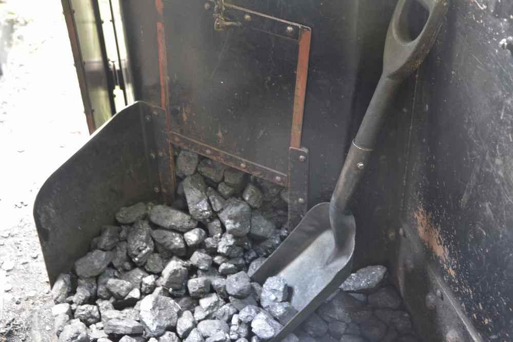 Zum Anheizen wird die Kohle in den Kessel geworfen