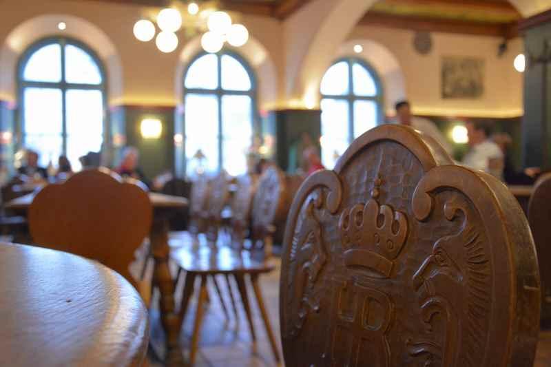 Geschnitzte Stühle in der Gaststube vom Hofbräukeller am Wiener Platz