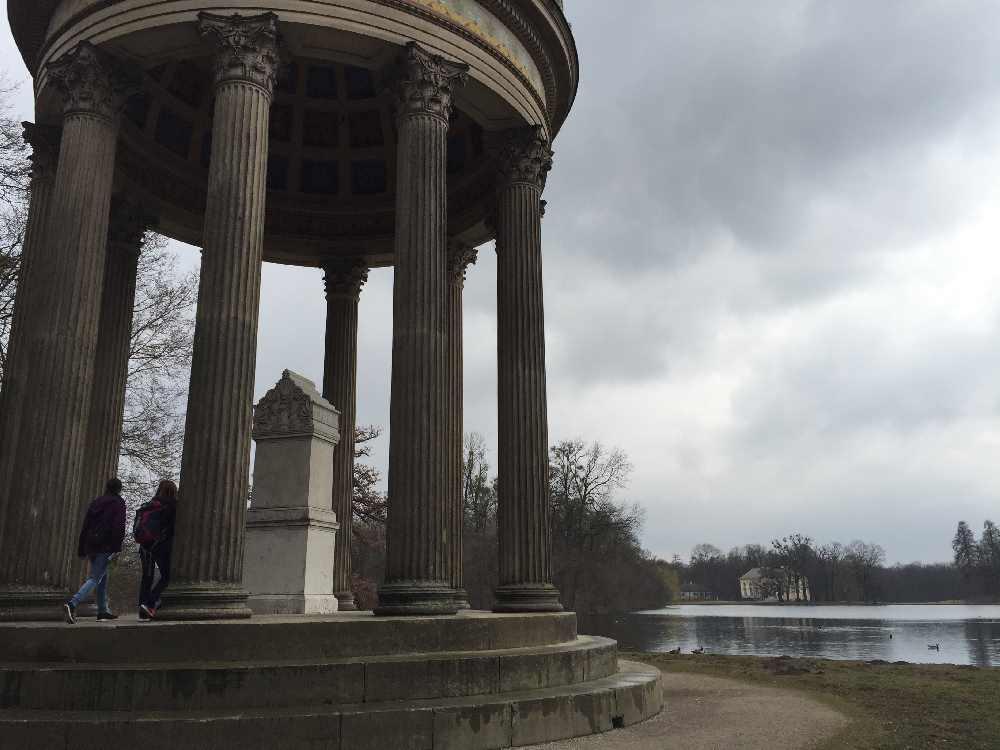 Wandern mit Kindern München: Im großen Park von Schloß Nymphenburg zu den Pavillons wandern