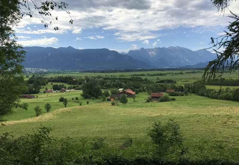 Murnau wandern mit Kindern: Zwischen den Eichen gibt es diese Aussicht auf das Murnauer Moos, hinten das Wettersteingebirge