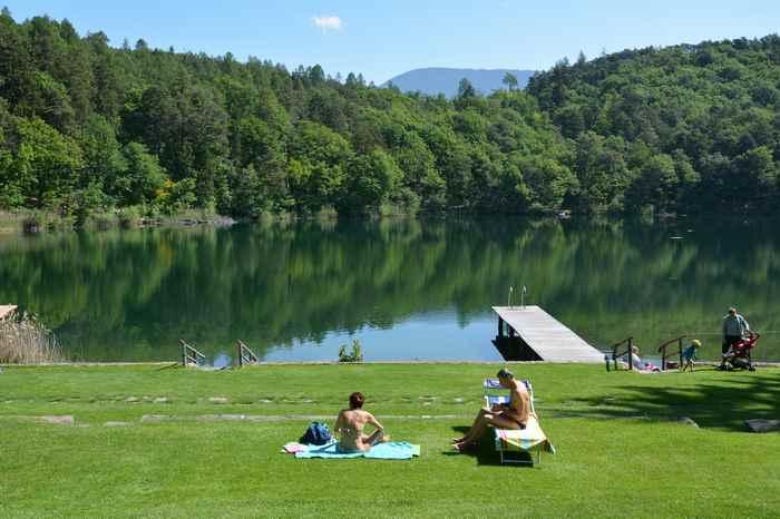 Liegewiese zum Baden am kleinen Montiggler See