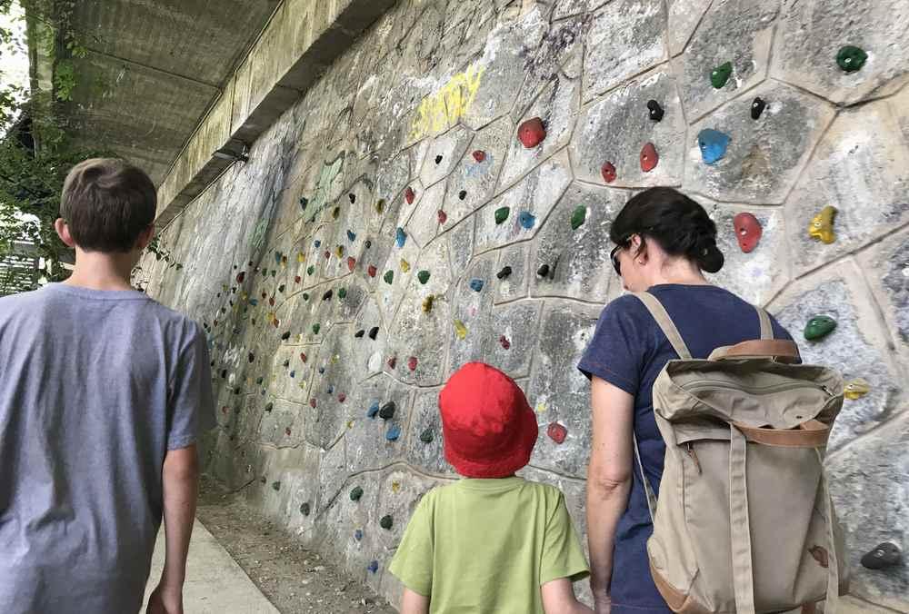 Urbane Nutzung des öffentlichen Raums für eine Kletterwand direkt an der Mur. Kinder, Teenager und Erwachsene können hier kostenlos klettern.
