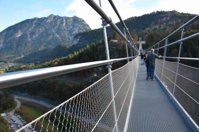 Highline 179: Wir wandern über die längste Hängebrücke der Welt - im tibetischen Stil, der Eintrag im Guinness Buch der Rekorde ist am Eingang der Brücke dokumentiert