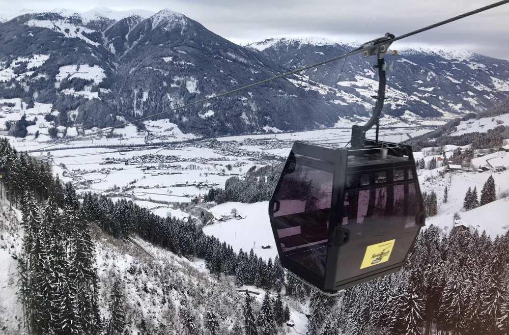 Skigebiet Fügen: Die neue Gondelbahn ab Fügen auf dem Weg zur Bergstation am Spieljoch