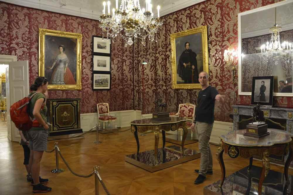 Die Adelsgemächer waren herrschaftlicher eingerichtet - hier der Rote Salon im bekanntesten Schloss des Burgenlandes